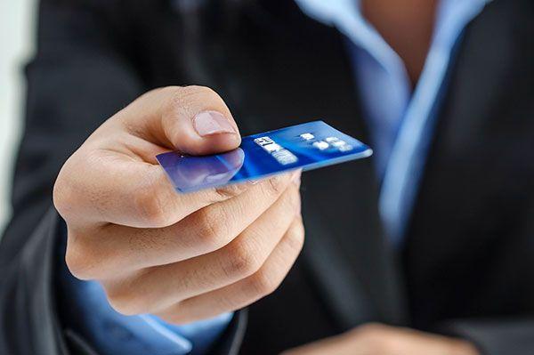 В каких ситуациях лучше оформить кредитную карту, а не брать кредит наличными